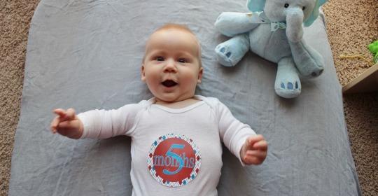 Dezvoltarea bebelusului la 5 luni
